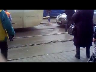 Идиот на трамвайных путях